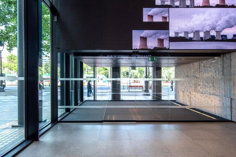 Vestíbulo del edificio Dau en la avenida Diagonal de Barcelona, proyecto ejecutivo realizado por OTP Global Engineering