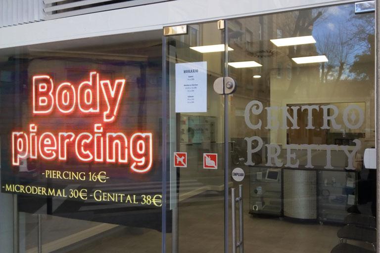 Entrada al  centre de formació Pretty clinic de Sant Andreu, Barcelona
